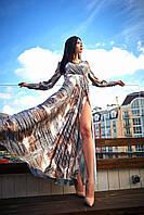 Яркое длинное женское платье с юбкой на запах и крупным абстрактным принтом серое