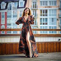 Яркое и стильное длинное женское платье с абстрактным принтом и юбкой клеш на запах коричневое