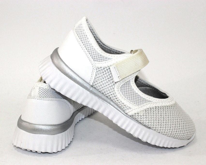 Белые закрытые детские туфли