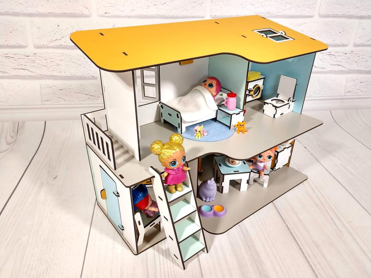 Двухэтажный пляжный домик для кукол с мебелью и текстилем