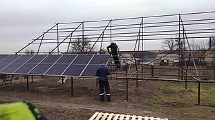 Установка сонячних панелей на ферму.