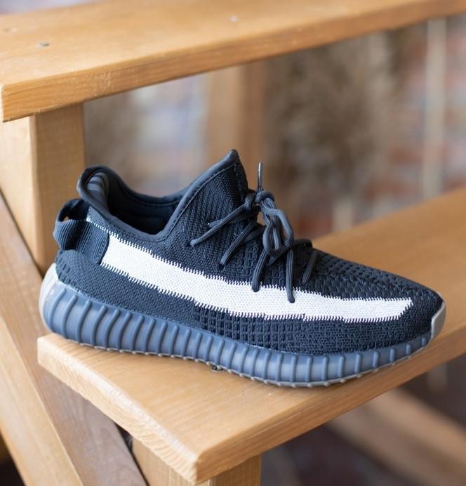 Мужские кроссовки Adidas Yeezy Boost 350 V2 Black White черные (рефлективная полоска). Фото в живую. Реплика