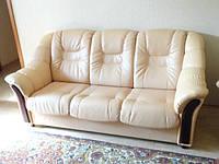 Перетяжка кожанного дивана для гостевой и офиса
