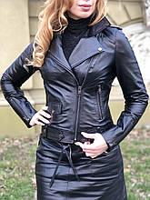 Черная стильная куртка из гладкой кожи