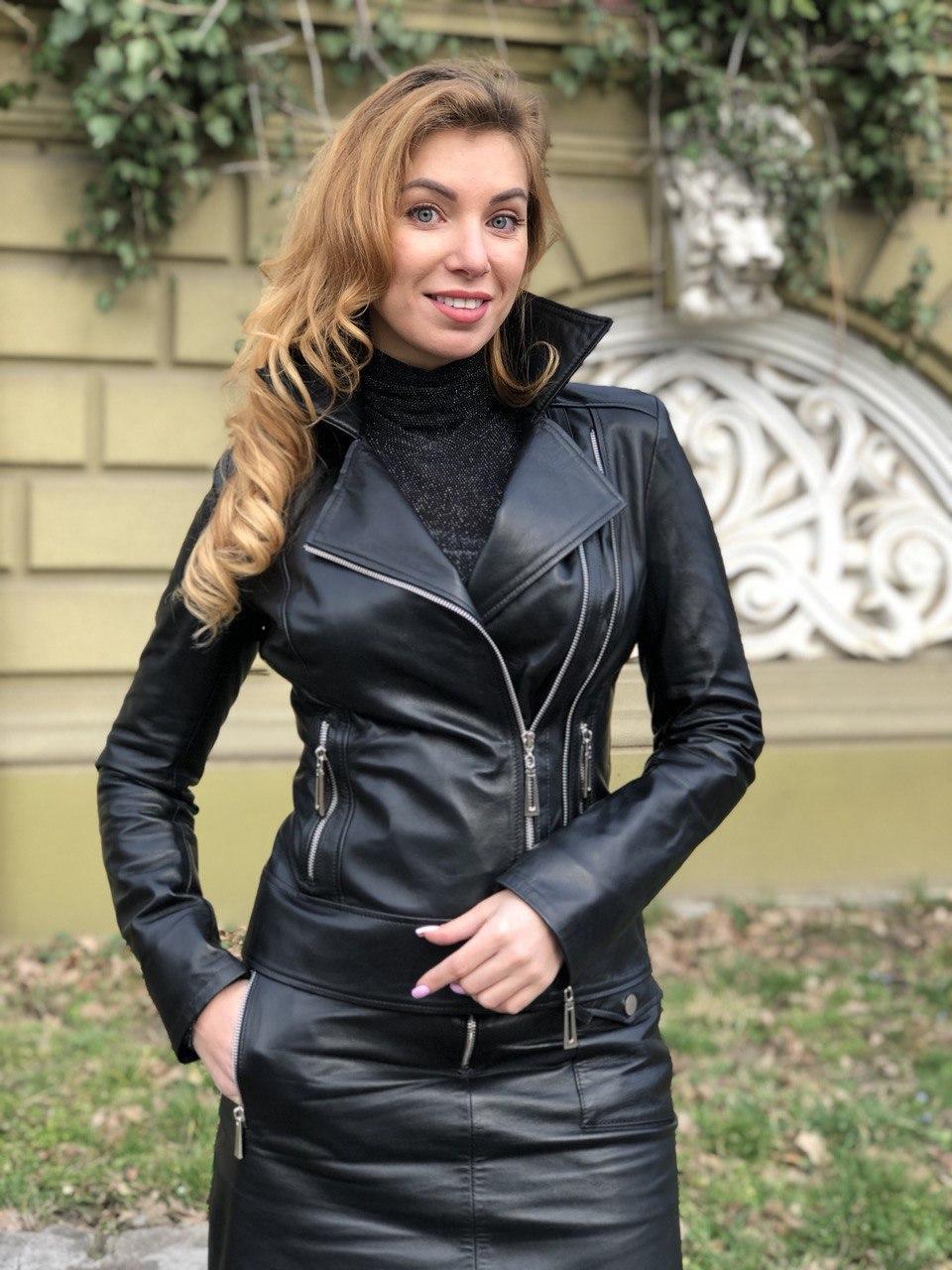 Чорна стильна косуха з двома блискавками з гладкої шкіри