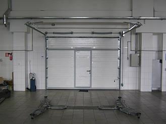Вид секционных ворот в закрытов виде с стороны помещения