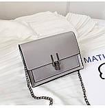 Женская классическая лаковая серая сумочка на цепочке клатч LOVE серый, фото 2