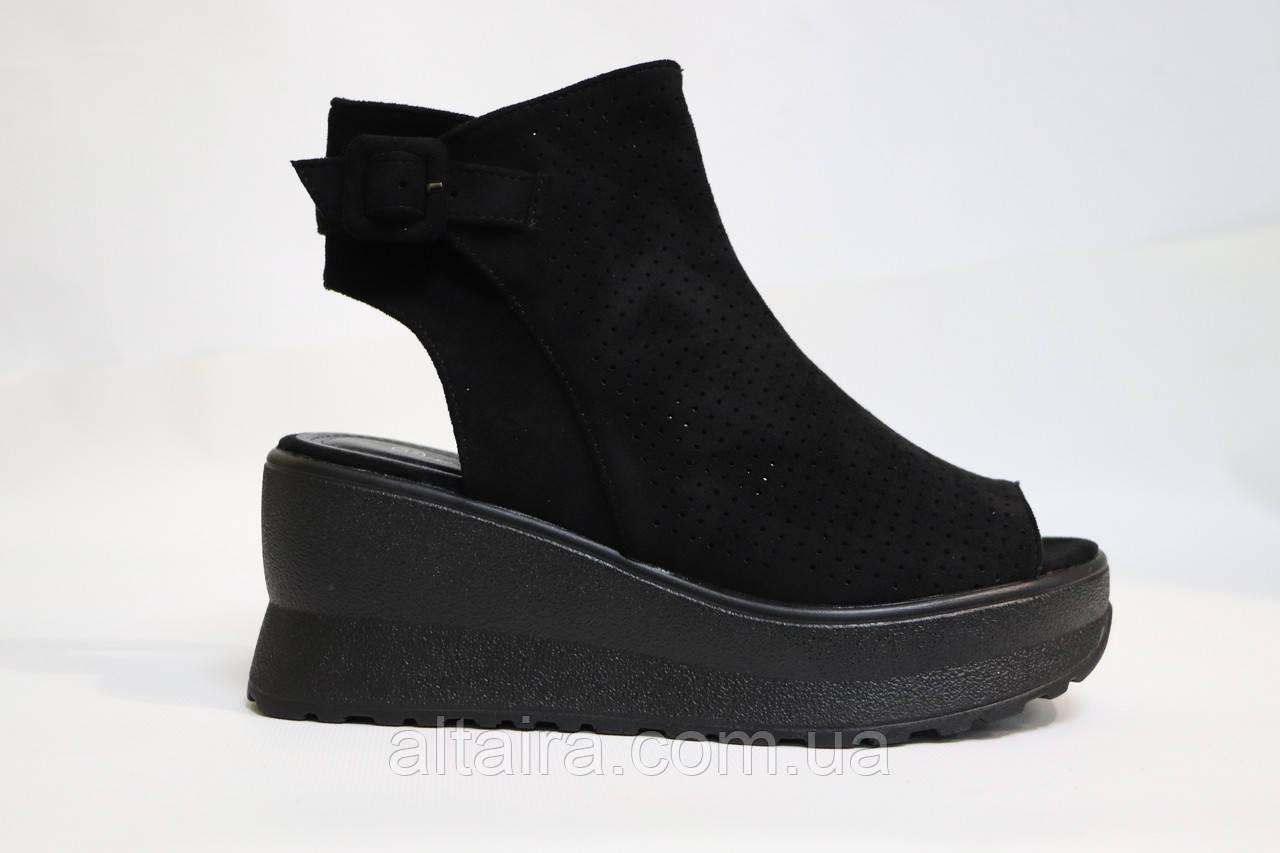 Модні чорні, замшеві босоніжки, на чорній танкетці. Модні чорні босоніжки на чорній танкетці.