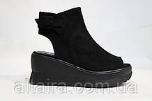 Модные черные, замшевые босоножки, на черной танкетке. Модні чорні босоніжки на чорній танкетці.