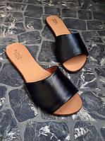 Классические летние женские тапки шлепанцы кожаные на низком ходу черные с 34 по 42 размер