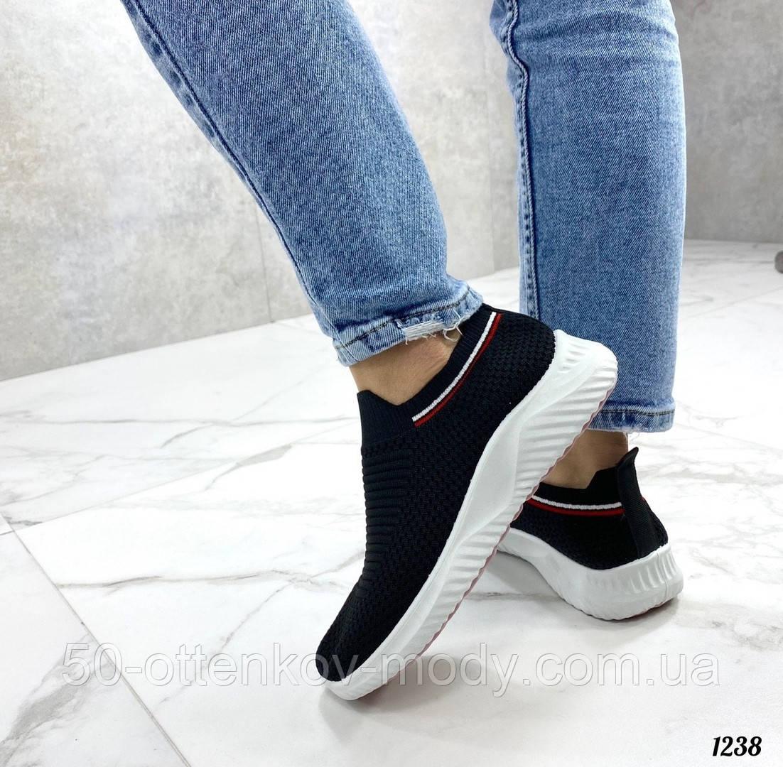 Женские кроссовки текстильные в сеточку, черные на белой подошве