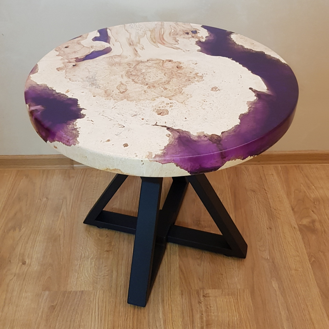 Журнальный круглый стол с 3-D эффектом заливки и массива клёна.