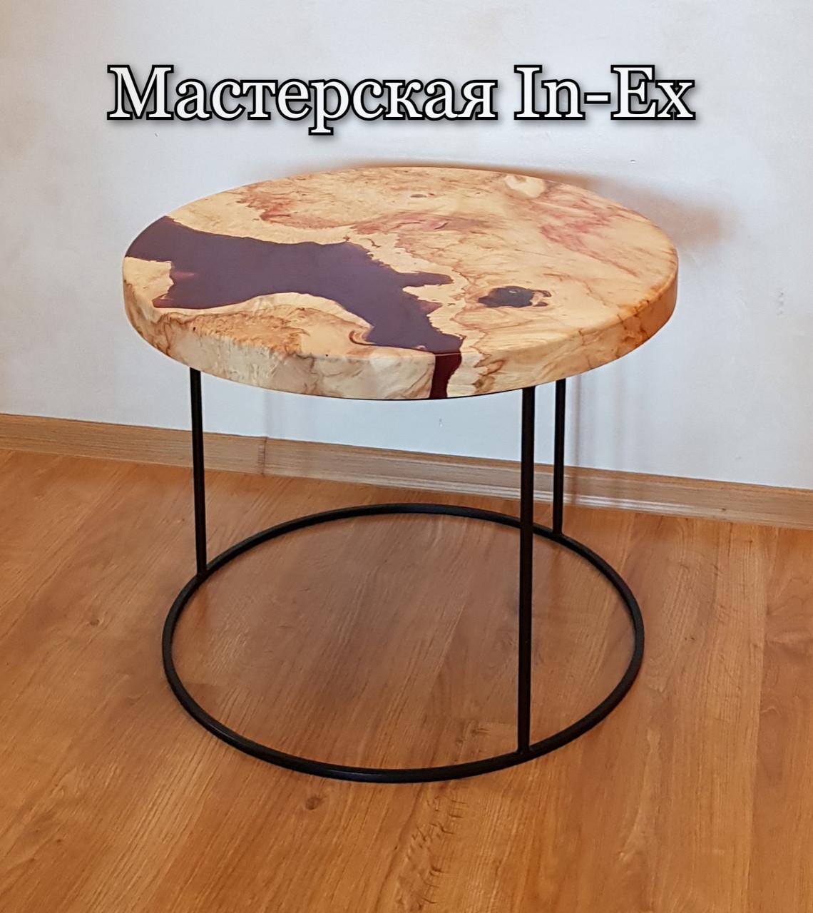 Журнальный круглый стол с  эпоксдной смолой гранатового цвета и массива клёна.