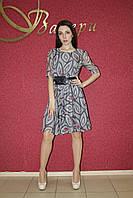 Летнее легкое нарядное молодежное мини платье из шифона с серым принтом, юбкой клеш, коктейльное, повседневное