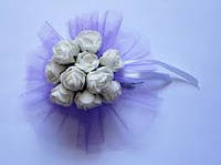 Бутоньерка свадебная  браслет с цветами  белая на руку гостям, фото 1