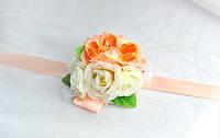 Бутоньерка персиковая на руку розы и пионы, фото 1