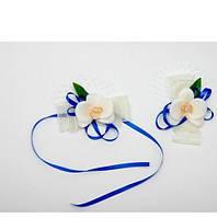 Бутоньерка на руку орхидеи белые с синей лентой