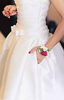 Бутоньерка из роз на руку невесте  марсала бордовый цвет