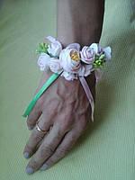 Бутоньерка  на руку нежно розовые розы