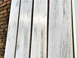 Брашированная имитация бруса с белой выкраской и патированием для отделки потолка