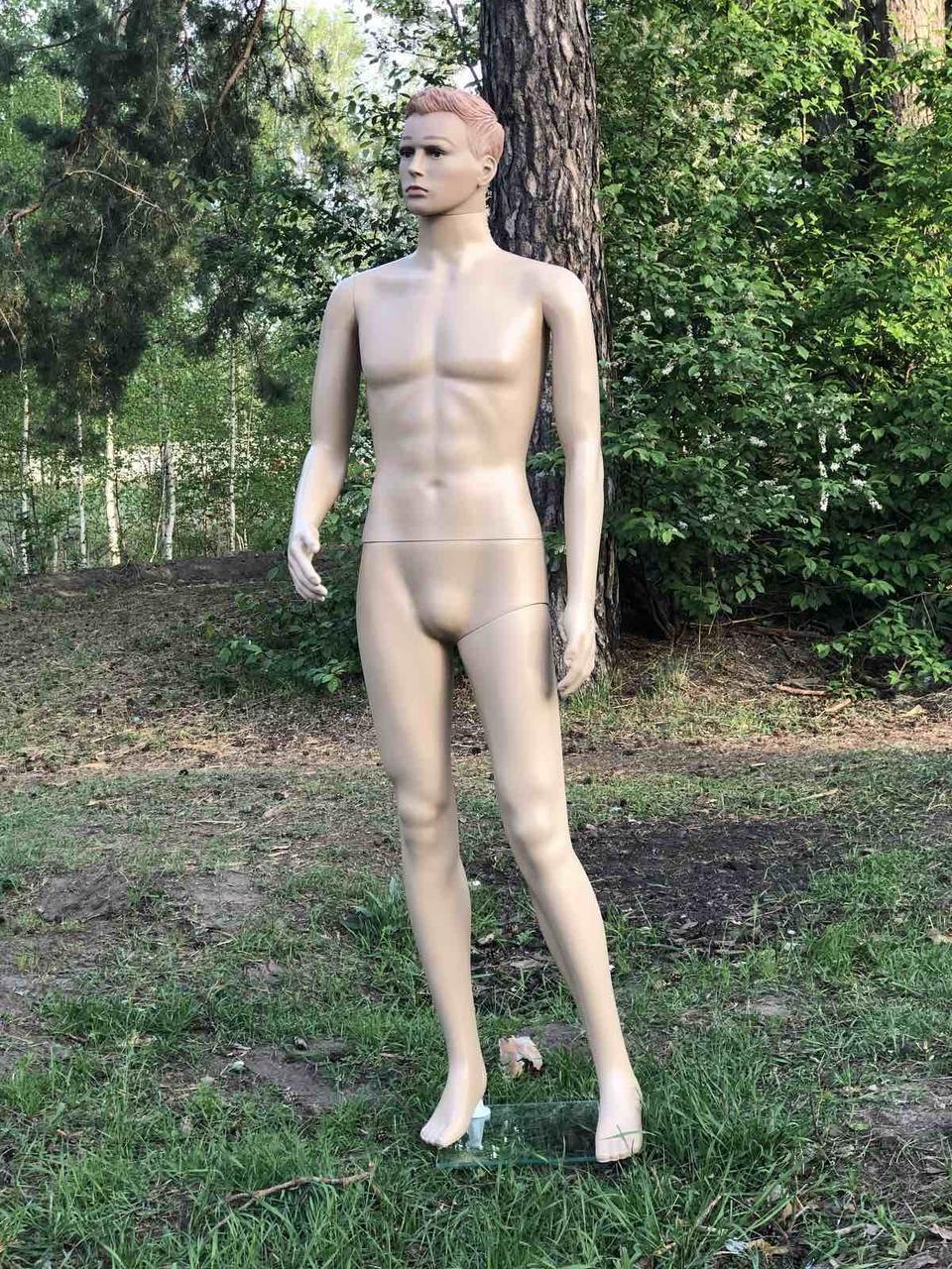 Мужской телесный манекен с макияжем и прической в полный рост на подставке (согнутая рука)