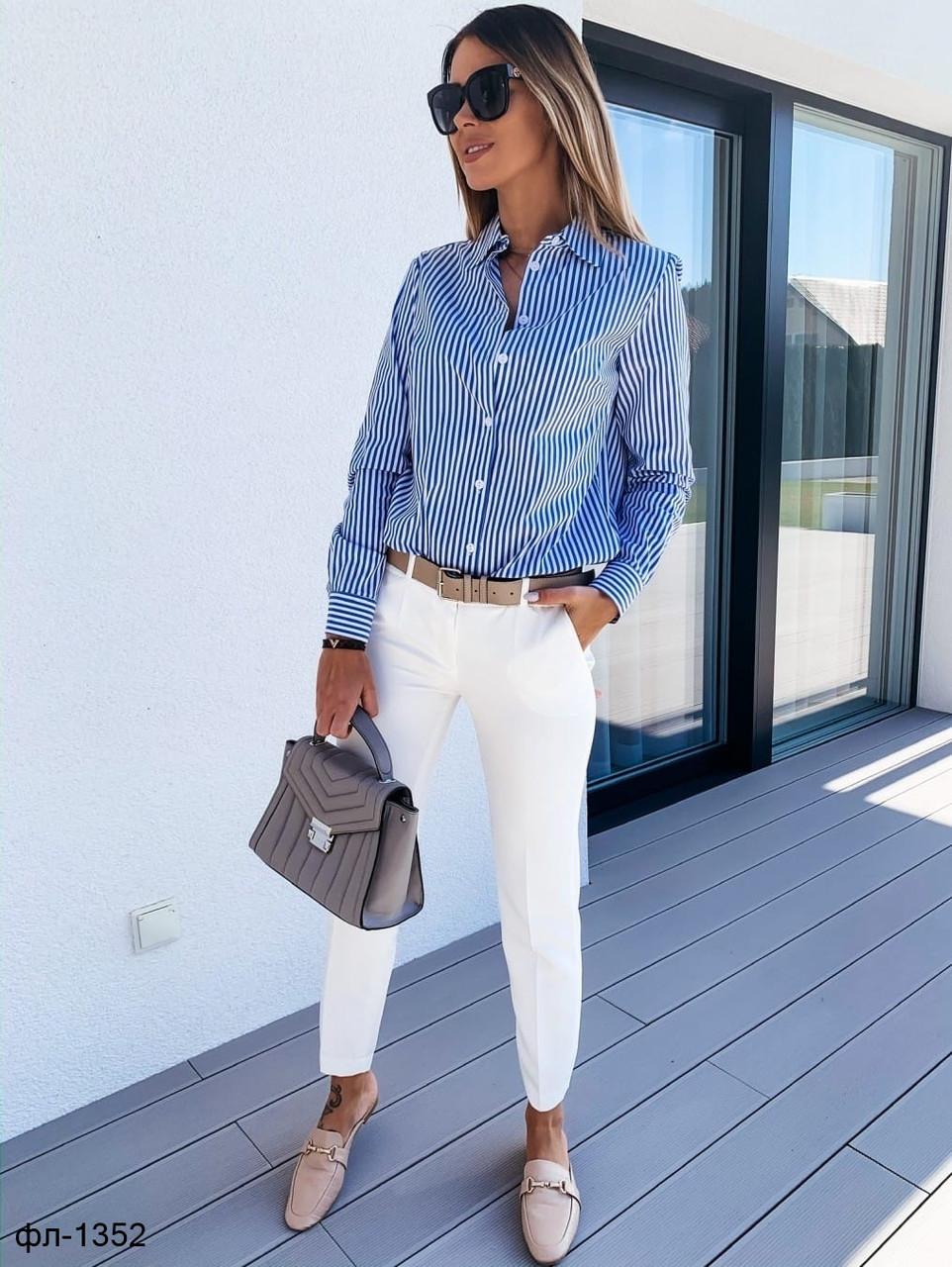 Стильный женский костюм с брюками и рубашкой в полоску