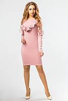 Женское пудровое мини платье с длинным рукавом и рюшами, по фигуре, в обтяжку.