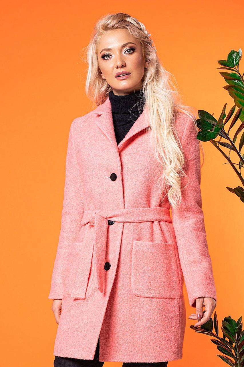 Женское легкое пальто выше колена, на поясе с карманами и воротником. Розовое