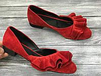 Красные замшевые туфли-балетки с рюшами низкий ход