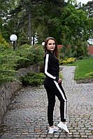 Черный женский спортивный костюм бомбер с брюками на манжете и лампасами белого цвета