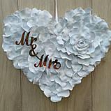 Біле серце з пелюсток троянди  з написами Mr & MRS., фото 2