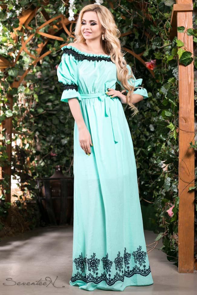 Летнее платье в пол длинное с черным узором и открытыми плечами, голубое