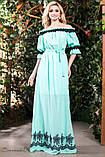 Летнее платье в пол длинное с черным узором и открытыми плечами, голубое, фото 4