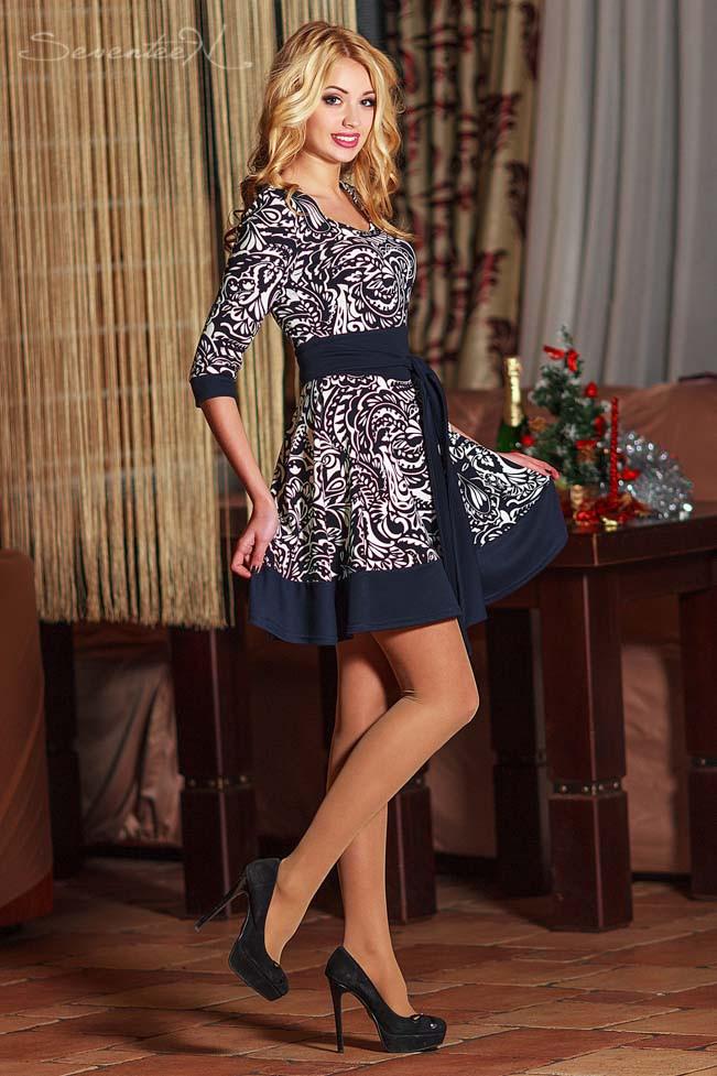 Летнее синее платье с белым принтом. Рукав три четверти, с поясом, широкая короткая юбка выше колена