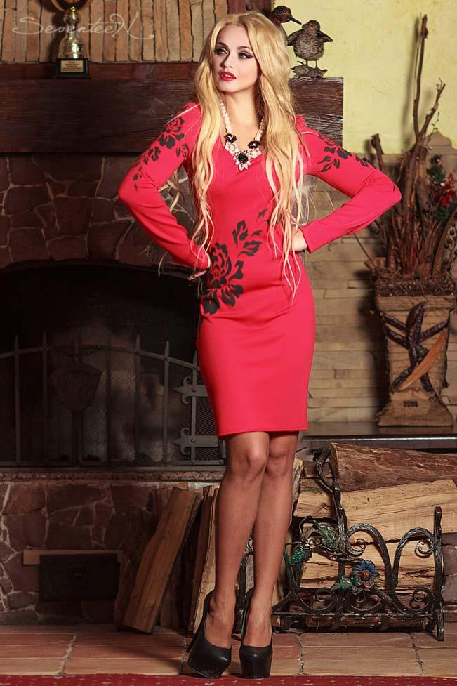 Платье футляр по колено с длинными рукавами и V-вырезом. С цветочным принтом. Красное