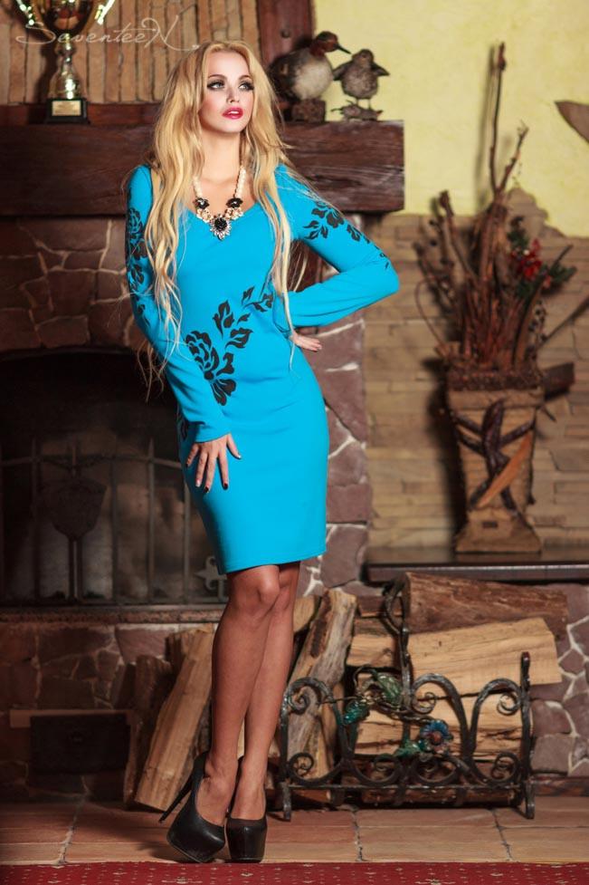 Платье футляр по колено с длинными рукавами и V-вырезом. С цветочным принтом. Голубое