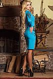 Платье футляр по колено с длинными рукавами и V-вырезом. С цветочным принтом. Голубое, фото 3