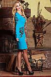 Платье футляр по колено с длинными рукавами и V-вырезом. С цветочным принтом. Голубое, фото 4