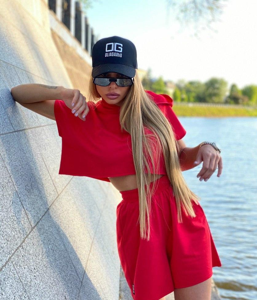 Стильный женский красный костюм: свитшот с капюшоном и шорты