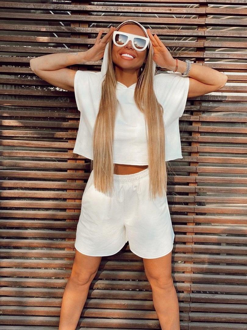 Женский модный костюм: свитшот с капюшоном и шорты,белого цвета