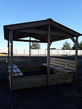 Песочница из дерева с крышей и лавочками