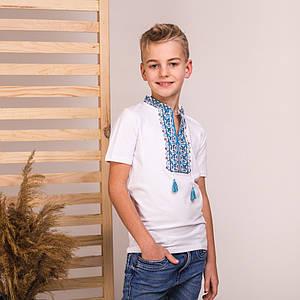 Белая футболка с синим вышитым воротничком Левко
