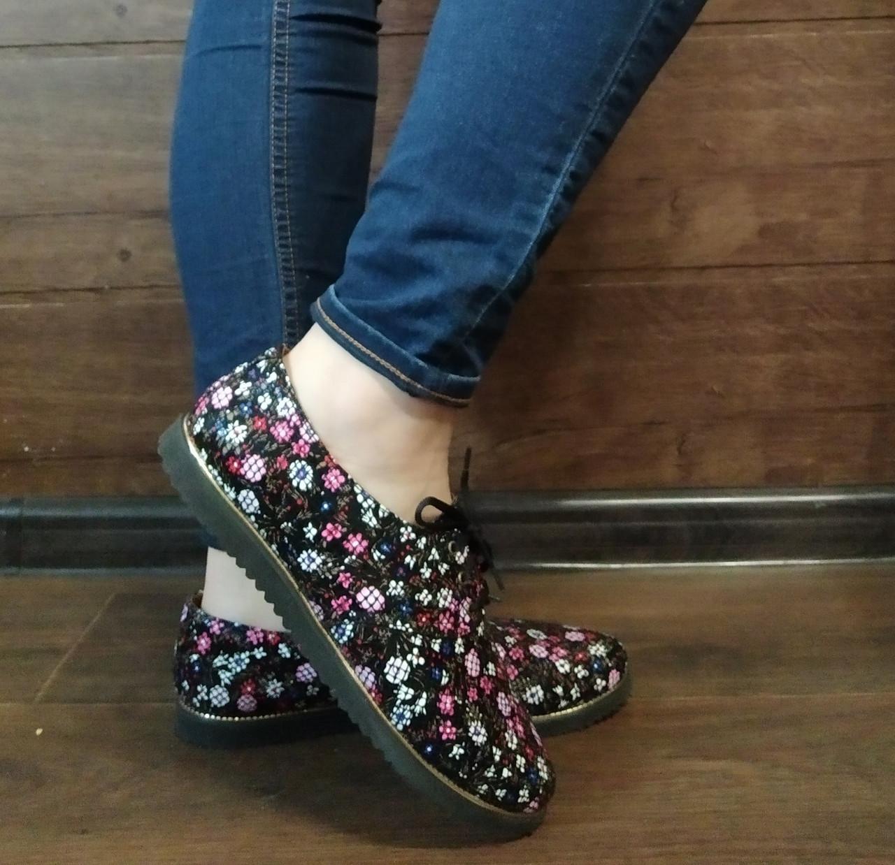 Туфли женские на низком ходу со шнурками черные