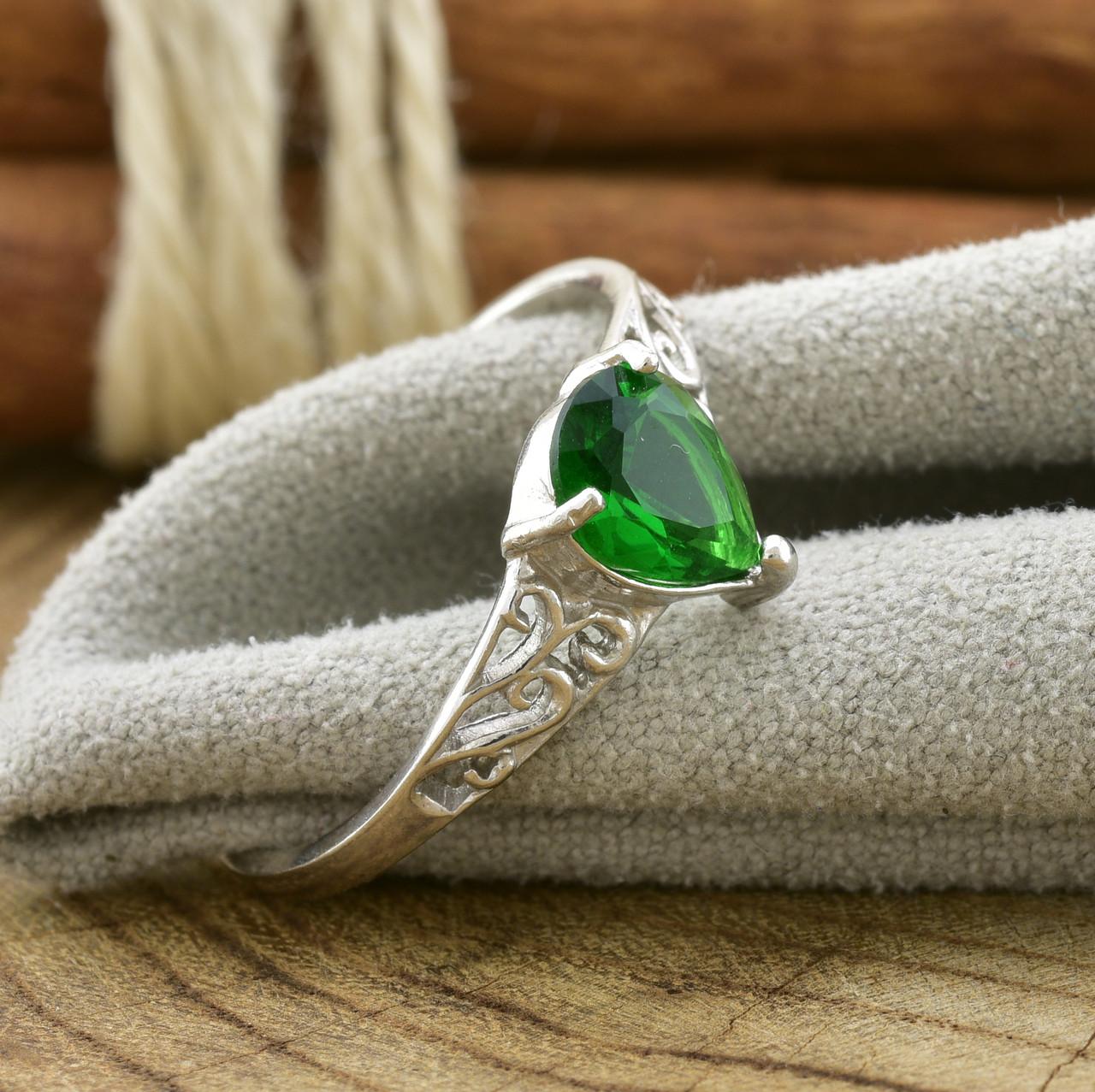 Серебряное кольцо Сабина вставка зеленые фианиты вес 2.1 г размер 18.5
