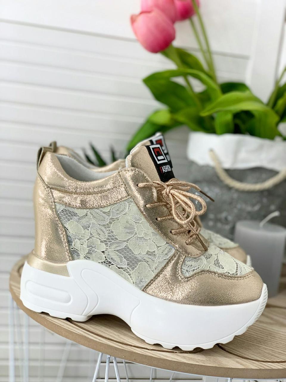 Золотистые женские кроссовки на высокой подошве