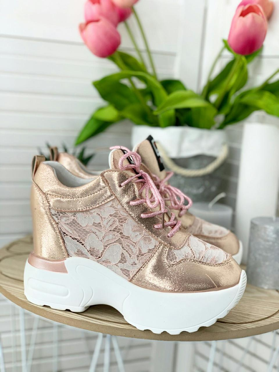 Розовые женские кроссовки на высокой подошве