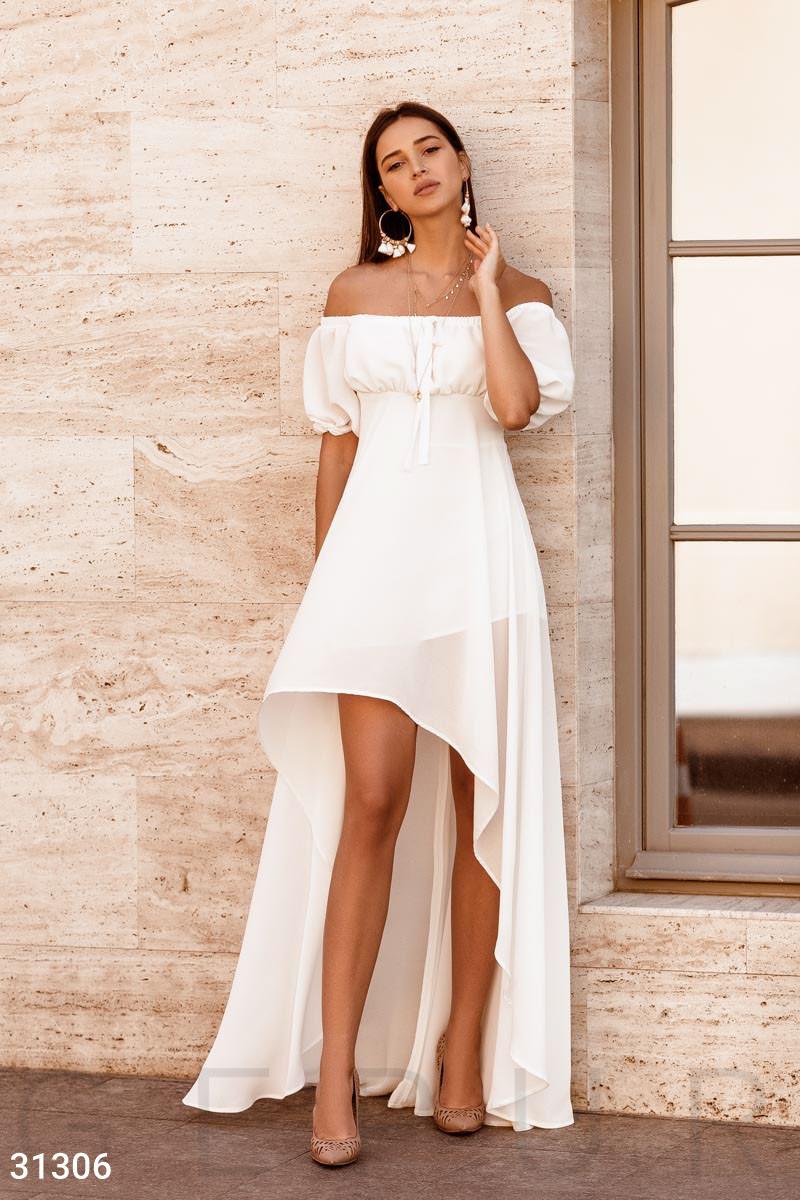 Длинное асимметричное платье с открытыми плечами белое