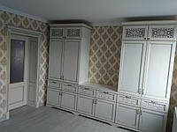 Шкаф, фасад деревянный (ясень) с резным декором.