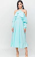Платье из легкой струящейся летней ткани с открытыми плечами