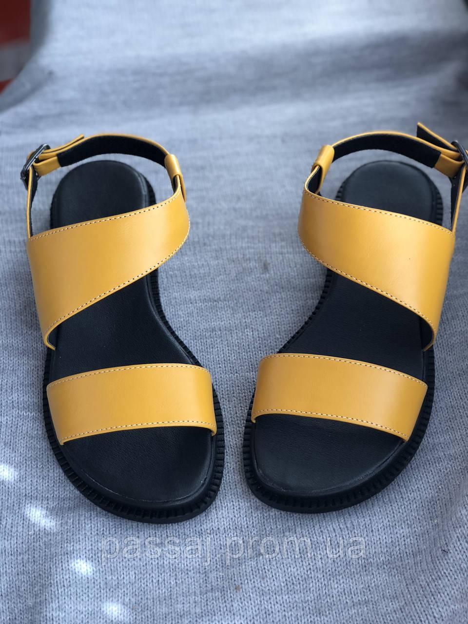 Яркие желтые босоножки из натуральной кожи